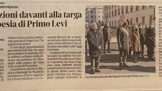 Il Tirreno – L'iniziativa del Lions Porto Mediceo: le istituzioni davanti alla targa con la poesia di Primo Levi